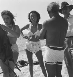 Dora Maar and Pablo Picasso. Eileen Agar 'Photograph of Dora Maar, Nusch Éluard, Pablo Picasso and Paul Éluard on the beach', September 1937 © Tate Lee Miller, Francisco Goya, Man Ray, Henri Rousseau, Henri Matisse, Roland Penrose, Picasso Pictures, Pin Up, Marc Chagall