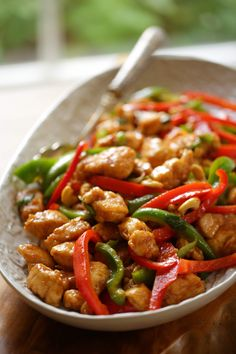 An easy Cashew Chicken Recipe that's perfect for a quick and easy dinner idea! CashewChicken CashewChickenRecipe CashewChickenStirFry EasyDinnerRecipes EasyDinnerRecipesFamily EastDinnerRecipesforTwo via 25473554128470648 Easy Cashew Chicken Recipe, Easy Chicken Stir Fry, Chicken Cashew Stir Fry, Quick Weeknight Dinners, Easy Meals, Fall Dinner Recipes, Le Diner, Asian Recipes, Cooking Recipes