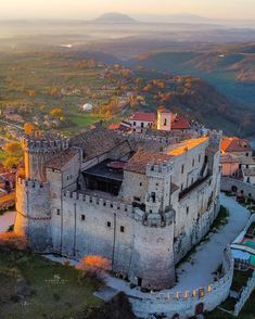 Real Castles, Beautiful Castles, Lego Castle, World Cities, Abandoned Castles, Old Buildings, Kirchen, Construction, Places To Travel