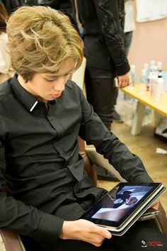 Niel ~ Teen Top... Is he watching a video of himself???? I can't tell... He is so cute tho!!!! 니엘!!!!!