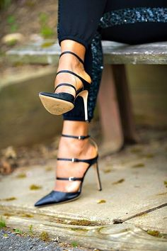love these heels. Black shoes.