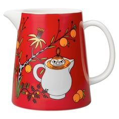 s Little My's Day pitcher in red features Little My sitting in an exotic fruit tree and inside a jug full of juice. The ceramic pitcher has a volume of 1 litre and its interior, spout and handle are white. Moomin Shop, Moomin Mugs, Tove Jansson, Moomin Valley, Ceramic Pitcher, Marimekko, China Patterns, Little My, Flower Vases
