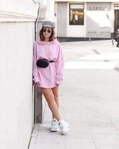 Esta vez he combinado un vestido sudadera rosa con una riñonera negra que acentúa la cintura dando más forma a la prenda.