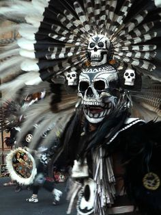 beautiful Day of the Dead costume headdress head piece dress costumes dia de los muertos skeleton skeletons halloween amazing Cultures Du Monde, World Cultures, Guerra Total, Western Saloon, Aztec Culture, African Culture, Aztec Warrior, Art Premier, Aztec Art