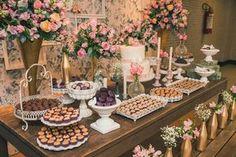 Vem ver que fofura o noivado de Thayane e João, com décor romântica da Mel Pitanga Eventos e arranjos by Floragem! Super inspiração para as noivas: