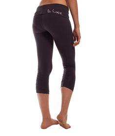 Be Love Classic Crop Pant Embroidery Thunder  Eine der hochwertigsten Hosen von Be Love ist die eingekürzte Classic Pant. Sie besteht zum Großteil aus weicher Qualitäts-Baumwolle, ist stabil, langlebig – und macht eine top Figur.