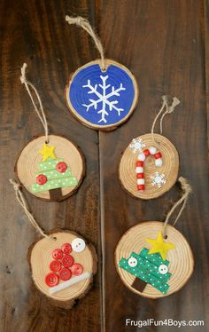 How to Make Adorable Wood Slice Christmas Ornaments – Frugal Fun For Boys and Girls Wooden Christmas Crafts, Christmas Towels, Wooden Christmas Ornaments, Preschool Christmas, Christmas Crafts For Kids, Homemade Christmas, Holiday Crafts, Christmas Decorations, Christmas Tree
