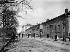 2. Henrikinkatu (nykyinen Mannerheimintie 5 ja 7) vuodelta 1907.   Kolme vuotta kuvan ottamisen jälkeen etualan puutalot olivat kadonneet, ja tilalle oli noussut Uusi Ylioppilastalo. Tienpuolikas kulki vuoteen 1928 asti nimellä Itäinen Henrikinkatu, sen jälkeen tie kulki nimellä Itäinen Heikintie, kunnes koko tien nimi muutettiin vuonna 1942 Mannerheimintieksi.