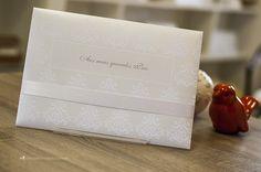Verso do convite em padrão adamascado e box para subscrição.
