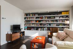 Salón con librería en la pared | Proyecto de reforma Moscou | Standal #reformaintegral #reformas #salones #interiorismo #decoración #Sofás #biblioteca #Barcelona