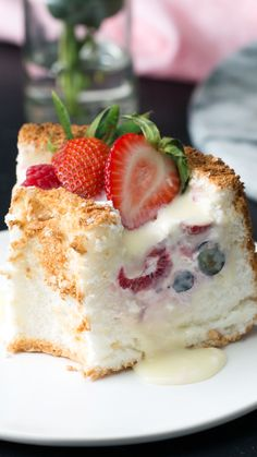 Berries and Cream Angel Food Scoop Cake - Chocolate Desserts Worth Indulging - .- Beeren und Sahne Angel Food Scoop Cake – Chocolate Desserts Worth Indulging – … Berries and Cream Angel Food Scoop Cake – Chocolate … - Easy Cake Recipes, Easy Desserts, Sweet Recipes, Delicious Desserts, Yummy Food, Passover Desserts, Light Summer Desserts, Angle Food Cake Recipes, Summer Deserts