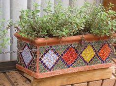 Maceta con mosaicos Mosaic Planters, Mosaic Vase, Mosaic Flower Pots, Diy Planters, Mosaic Tiles, Pebble Mosaic, Kitchen Mosaic, Mosaic Mirrors, Mosaic Crafts