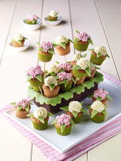 Balkonkasten mit Blümchen -  Zitronen-Muffins mit Marzipan und toller Dekoration für die Kaffeetafel