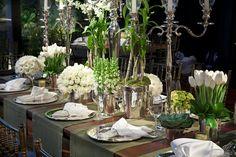Na mesa dos convidados o requinte ficou a cargo das charmosas passadeiras em tom de fendi - Decoração de Luxo Vic Meirelles