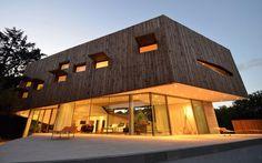 Francuskie biuro architektoniczne Portal Thomas Teissier Architecture zaprojektowało niezwykły Maison Spirale w miejscowości  Catelnau Le Lez we Francji. Dom posiada piwnicę z garażem, parter o powierzchni 750 m2, pierwsze piętro, na którym znajdują się sypialnie i taras na płaskim dachu, na którym