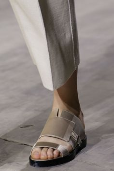 Boss Spring 2016 Ready-to-Wear Fashion Show - Natalie Westling Leather Slippers For Men, Mens Slippers, Nigerian Men Fashion, African Men Fashion, Mens Fashion Casual Shoes, Trendy Shoes, Huarache, Jennifer Aniston Feet, Versace Sandals