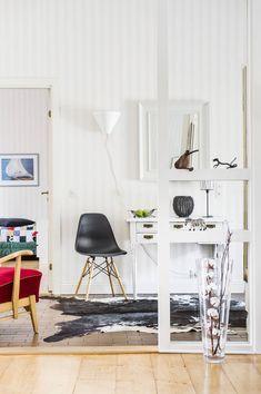 Eteisen pöytänä toimii vanha kirjoituspöytä, joka on Raijan lapsuudenkodista, samoin kuin punaisella kankaalla verhoiltu nojatuolikin. Takana pilkottaa jo aikuisen, Turussa asuvan Tuomas-pojan huone. Eteiseen on asennettu tummanruskea laattalattia, muissa huoneissa on alkuperäiset, leveät lankkulattiat.