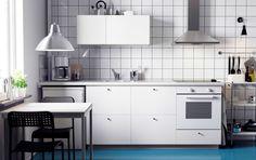 Fehér METOD konyha, HÄGGEBY előlapokkal, fehér SÄLJAN munkalap, LAGAN sütő és LUFTIG páraelszívó