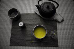 Lange habe ich gezögert, mich dem Thema Raku zu widmen. Es gibt so viel zu dieser Keramik-Gattung zu schreiben, weil insbesondere die Geschichte vorbelastet ist und ich nicht wusste, wie ich ein solch komplexes Thema in einem Blog wiedergeben kann. Als ich damals anfing, meine Magisterarbeit zu schreiben, wollte ich noch nachweisen, wie groß der … Merkmale japanischer Raku-Teeschalen: was zeichnet sie aus? weiterlesen →