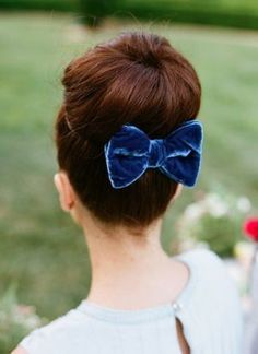 Vintage Hairstyles Updo Ballerina Bun - Velvet Wedding Details - Photos - Girls can wear bow ties too you know! Jazz up a ballerina bun with a beautiful velvet bow. Vintage Hairstyles, Pretty Hairstyles, Wedding Hairstyles, Hair Comb Wedding, Bridal Hair, Wedding Bows, Wedding Updo, Mode Kawaii, Ballerina Bun