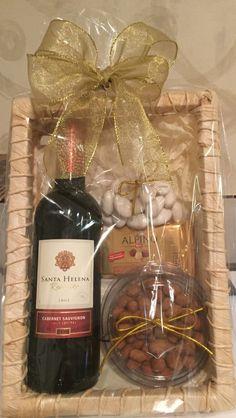 Kit montando em uma delicada bandeja de palha de milho, contendo um vinho chileno santa helena cabernet sauvignon (375 ml) , refinadas amêndoas confeitadas (70 g), 2 barras de chocolate alpino (35 g cada) e amendoim japonês (110 g), uma perfeita opção para presentear neste final de ano. <br> <br>Acompanha saco celofane, laço e tag. Homemade Gift Baskets, Wine Gift Baskets, Homemade Gifts, Basket Gift, Craft Gifts, Diy Gifts, Unique Gifts, Diy Holiday Gifts, Christmas Gifts
