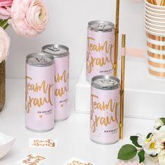 """Mit der Dosenbanderole """"Team Braut"""" für den Junggesellinnenabschied könnt ihr alle Getränkedosen – zum Beispiel Prosecco im Handumdrehen aufhübschen."""