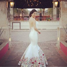 "Ana Patricia's Mexican Wedding Dress ~ Beautiful, simple & unique | Si quieres una boda al estilo tradicional mexicano, tu vestido debe ser lo primero que grite: ""¡Esto es una fiesta mexicana, señores!"" 