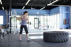 El golpe de martillo al neumático o sledgehammer swing es un ejercicio realmente brutal, que nos ayuda a trabajar una gran cantidad de zonas musculares. Es muy utilizado por personas que se dedican a las artes marciales y a metodologías deportivas de entrenamiento funcional. La verdad, es que el golpe de martillo al neumático no […]