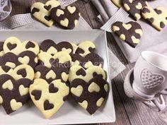 Cuocere i biscotti in forno preriscaldato a 180°, per circa 12 minuti. I biscotti devono risultare coloriti sul fondo lungo tutto il bordo, ma chiari in superficie.