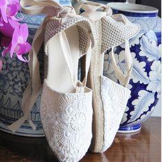 Ivory lace espadrille mini wedges by mumico.es #mumico #mumishoes #alpargatas #espadrilles #esparteñas #espardeñas #madeinspain #traditional #vegan #sustainable #handmade #madeinspain #laceup #wedges #shoes #shoelove #lace #brides #bridal #wedding