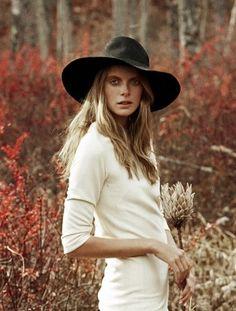 Animémonos más a usar sombreros de ala ancha. Protegen del sol y el exceso de luz, y a la vez son un complemento de fuerte presencia.