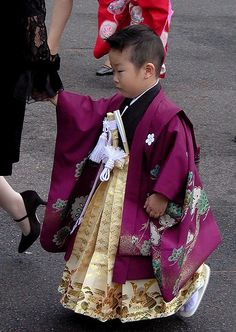 Children dressed up in traditional Japanese clothes visit the Grand Shrine of Izumo for the Shichi-Go-San festival. Kimono Japan, Japanese Kimono, Japanese Kids, Japanese Things, Japanese Outfits, Japanese Clothing, Rite Of Passage, Little Fashionista, Folk Costume