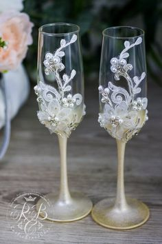 Personalize Wedding Champagne Flutes, Vintage Wedding Glasses for Bride and Groom, Pearls and Lace R