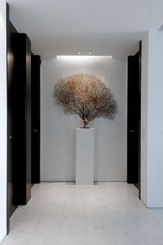 sculpture on plinth | entrance hall | lobby | pasillo en blanco y negro