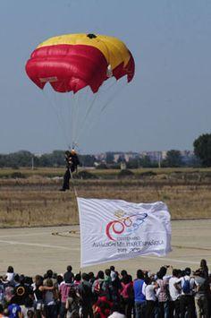 Paracaidísta de la PAPEA portando una la bandera del Centenario de la Aviación Española tomando suelo