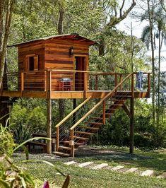 Toda criança (e muito adulto!) sonha em ter uma casa na árvore. Esta, projetada pela designer de interiores Norah Carneiro, foi erguida a…