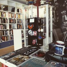 La Ventana Indiscreta (San Lorenzo 12) es una tienda que ofrece un amplio catalogo de productos relacionados con el cine: libros, posters, comics y bandas sonoras #zaragoza