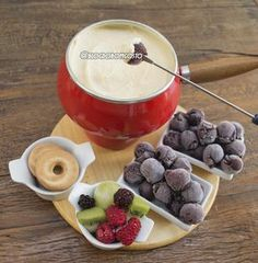 Imperdível! Fala sério, a combinação 'leite em pó + açaí' não é incrível!? Agora, imagina fazer um creme branco doce para passar bolinhas feitas com a polpa da fruta? É exatamente isso que você encontra no nosso 'Fondue de Leite Ninho'.