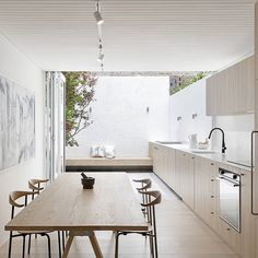 Love the #minimalist but warm #kitchen in this Surry Hills #House, especially…