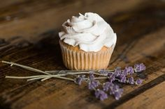 Old Fashioned Lavender Icing - Wendyls Green Goddess Moist Cupcakes, Carrot Cake Cupcakes, Fun Cupcakes, Cupcake Fit, Lavender Cupcakes, Lavender Extract, Cupcake Images, Medvedeva, Beautiful Desserts