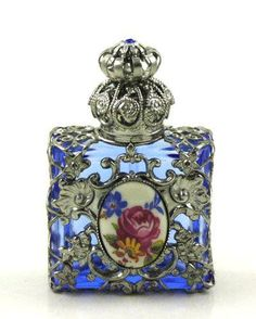 LOVEEEEE antique perfume bottles and jewelry boxes LOVEEEEE antike Parfümflaschen und Schmuckschatullen Antique Perfume Bottles, Vintage Bottles, Beautiful Perfume, Bottle Art, Blue Bottle, Antique Glass, Glass Bottles, Small Bottles, Rose Perfume