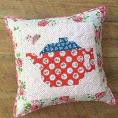 Oh so sweet! Project Design Team member @jedicraftgirl created this cute pillow for the @elealutz @fatquartershop Pretty Playtime Quilts sew along! We'd love one for our bench at the office ❤️ #pennyrosefabrics #ilovepennyrose #fabricisMYfun #prettyplaytimequilts #elealutz #fabric #sew #sewing #pillows #create #handmade