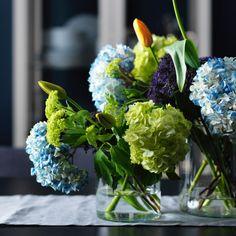 As flores e as plantas constituem um centro de mesa fresco e natural. Optámos por cores fortes e vivas para dar alguma animação aos têxteis de cores naturais e para dar vida a todo o ambiente.