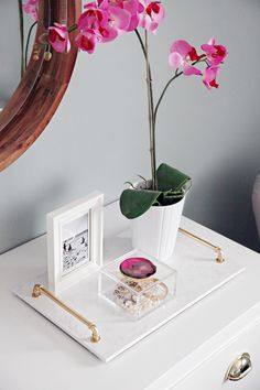 DIY Brass Handle Marble Tray (an easy High/Low project!) – Amy Zisette DIY Brass Handle Marble Tray (an easy High/Low project!) IHeart Organizing: DIY Brass Handle Marble Tray (an easy High/Low project! Diy Décoration, Easy Diy, Marble Tray, Gold Marble, Vanity Tray, Decorating Coffee Tables, Brass Handles, Tray Decor, Diy Home Decor