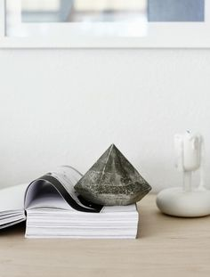 DIY: Concrete Diamond would be perfect as a paper weight, bookend, or garden decoration! Deco Nature, Concrete Crafts, Concrete Cake, Decoration Inspiration, Diy Planters, Diy Projects To Try, Diy Tutorial, Fun Crafts, Diy Home Decor