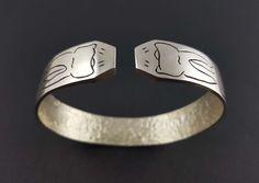 Bracelet « Œil pour œil dent pour dent » en argent massif fabriqué à la main en France. Cuff Bracelets, Rings For Men, France, Jewelry, Hand Made, Hands, Jewerly, Men Rings, Jewlery