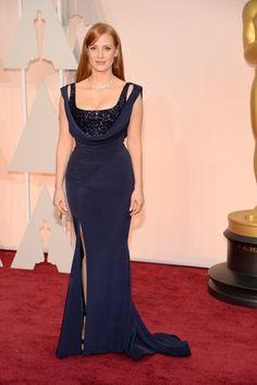 Jessica Chastain eligió un vestido en azul marino con un doble cuerpo de paillettes y abertura en la falda de Givenchy Couture más joyas de Piaget.