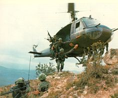 desde el helicoptero, las tropas se bajan listos por la guerra de vietnam. fue fotografiada en 1965.