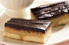 Satisfy your sweet tooth with this dark chocolate and maple syrup dessert slice.