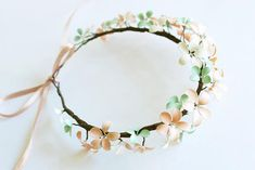 Corona de flores http://www.handimania.com/diy/nail-polish-bracelet.html